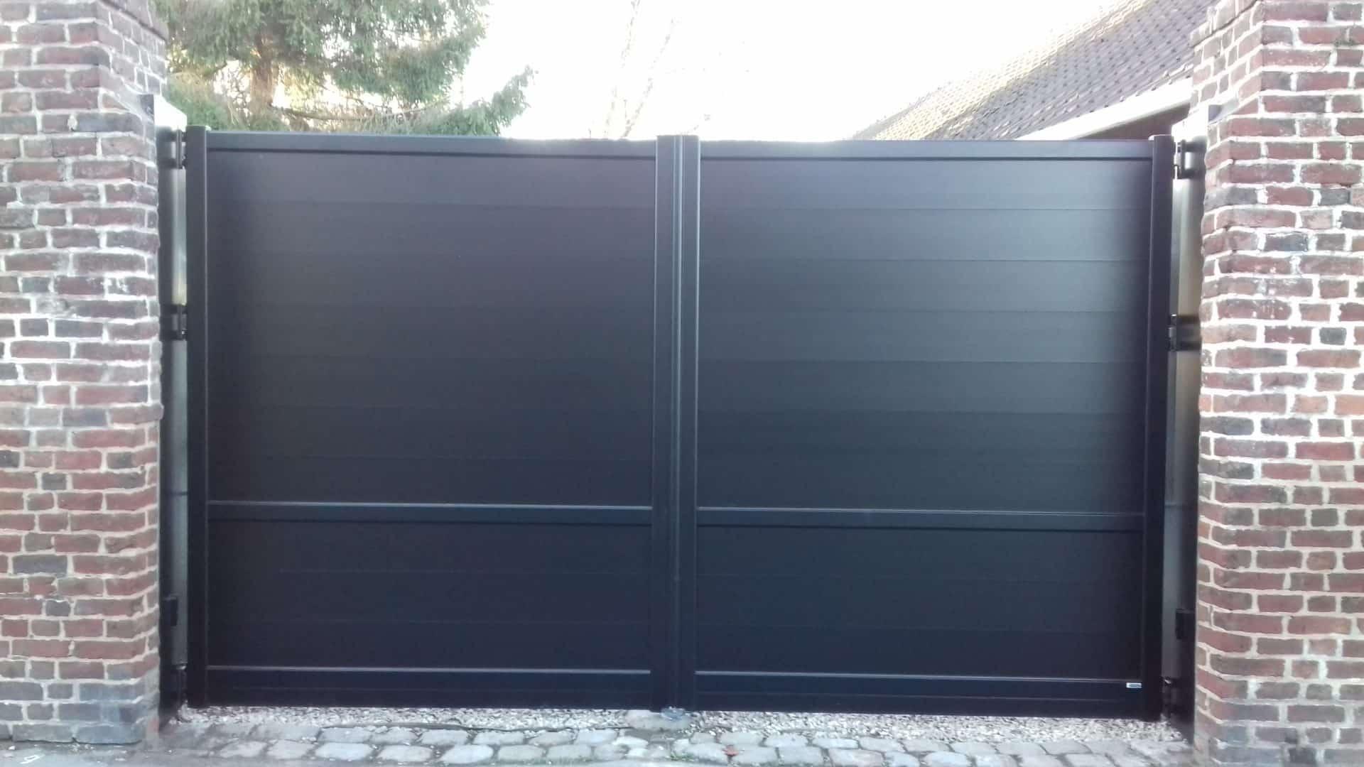 Pose de portail noir battant