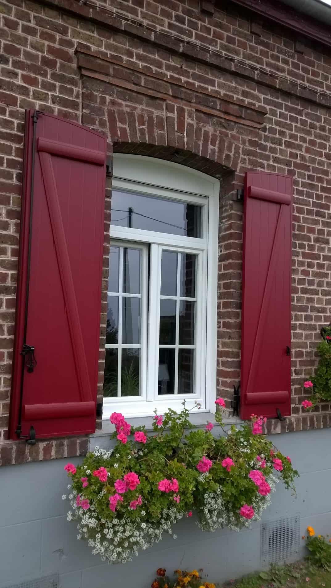 Volets battants rouges et fenêtres